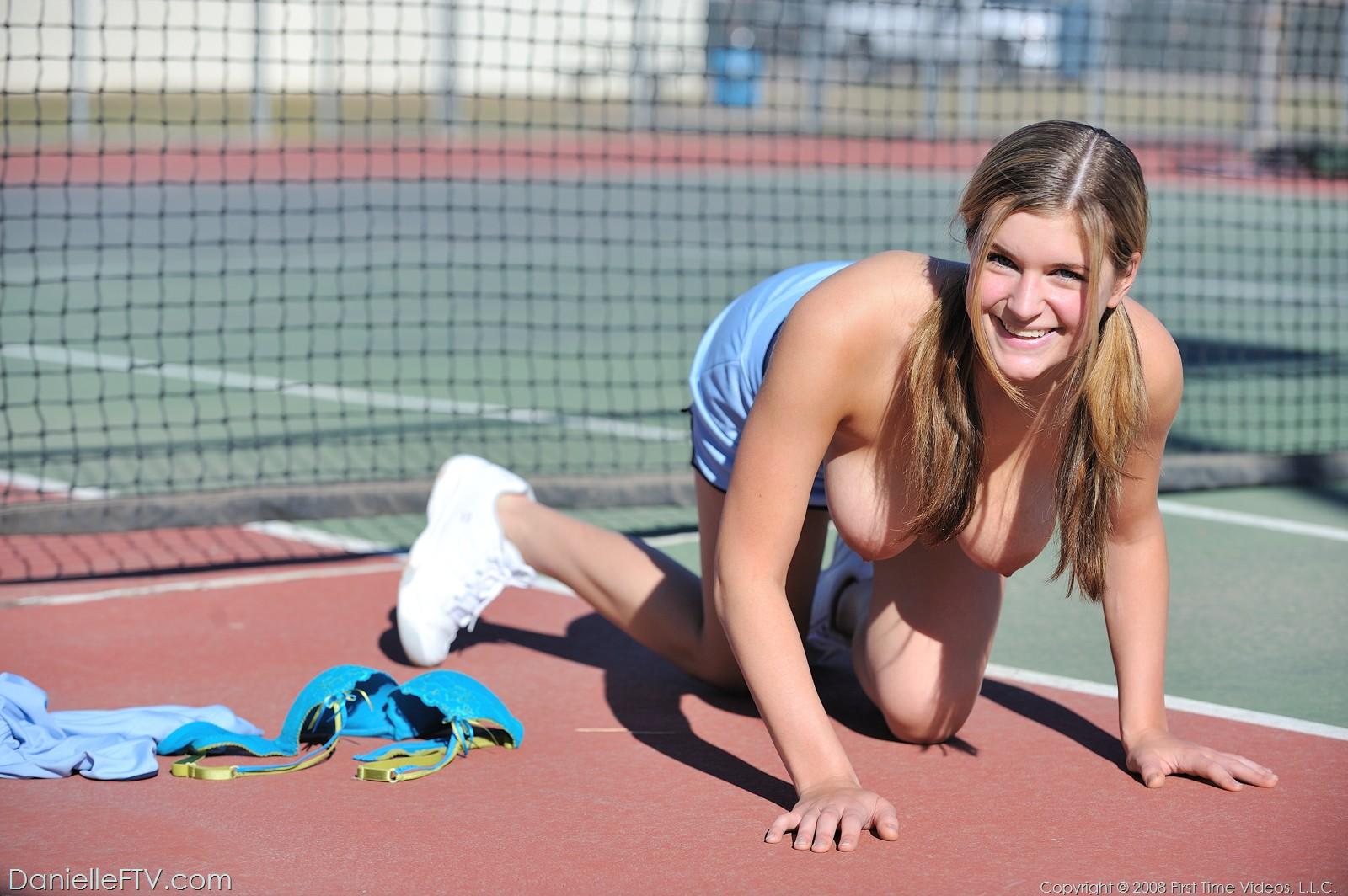 golie-babi-igrayut-v-tennis